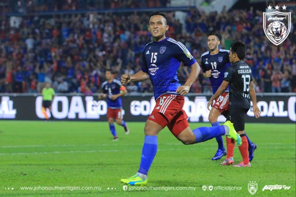 Fazly Mazlan meraikan gol ketiga JDT ketika menentang Sarawak pada 20 April 2016. Gol ini merupakan gol peribadi kedua bersama JDT.