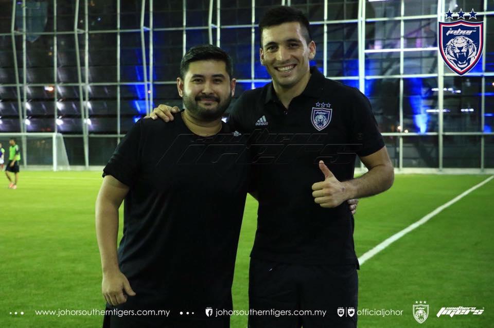 Gabi Guerra bersama TMJ selepas 'sparring match' di Johor