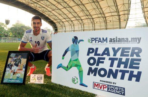 Pemain JDT, Juan Martin Lucero bersama anugerah pemain terbaik bulanan Persatuan Pemain Bola Sepak Profesional Malaysia (PFAM)