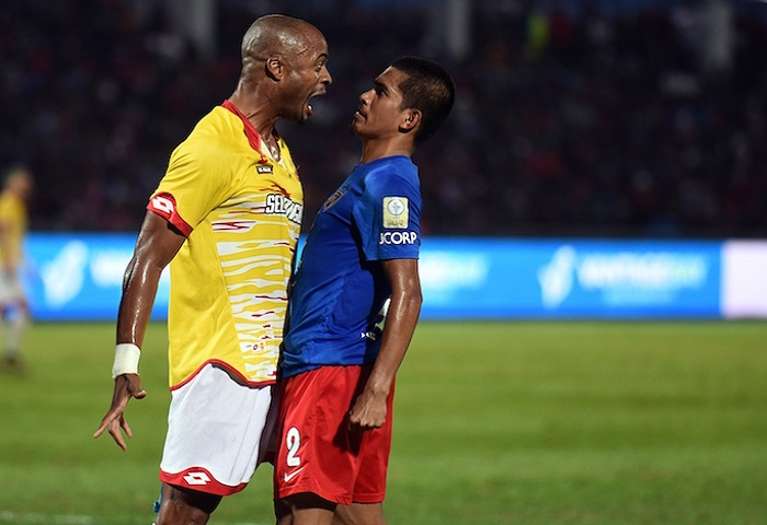 MALAYSIA, Johor Bahru: Azamuddin Akil Of JDT (blue) And Ugochukwu Ukah Of Selangor (yellow) During Super League Match At Larkin Stadium On Feb 11th, 2017. Photo By Nizam Rahman - Www.asiana.my