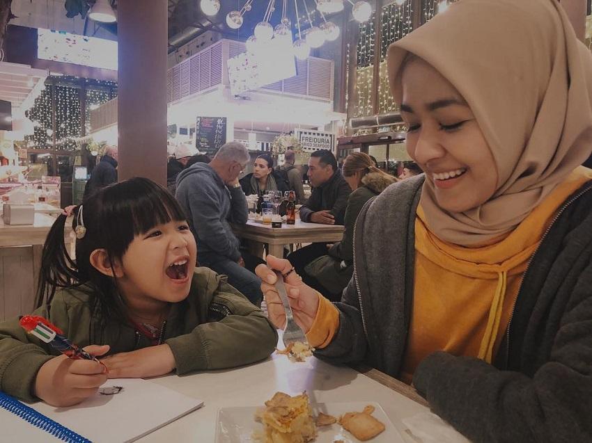 Travel Bersama Anak, Farah Lee Kongsi 4 Dokumen Penting Single Parent Wajib Bawa