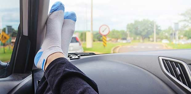 Hentikan Tabiat Suka Letak Kaki Atas Dashboard, Ini Yang Akan Berlaku Kepada Anda